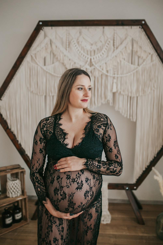 Babybauch-Fotos-im-Studio-Schwangerschaftsfotos-Babybauchkleid-Schwanger-18